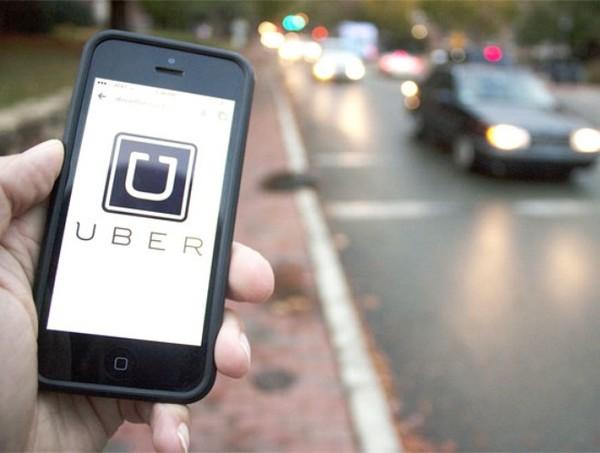 Taxi Uber và Grab được cho là đã khiến taxi truyền thống gặp khó khăn.