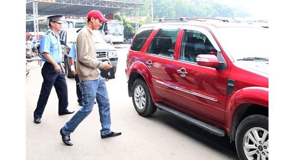 Thanh tra giao thông kiểm tra một chiếc taxi Uber tại khu vực đường Lê Hồng Phong, Q.5 - Ảnh: Tiến Long