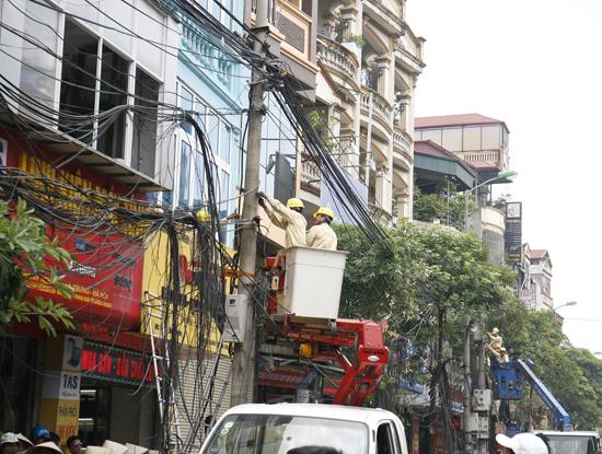 Lãnh đạo UBND thành phố Hà Nội yêu cầu các cơ quan, đơn vị trực tiếp quản lý công trình hạ tầng kỹ thuật phải kiểm tra, xác minh và tổ chức xử lý sự cố ngay sau khi tiếp nhận thông tin về sự cố (Ảnh: Thái Anh)