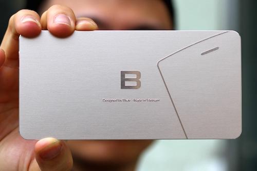 Một phần Bphone lộ diện ở góc bên phải thiệp mời với lỗ loa thoại và góc trái điện thoại bo tròn.