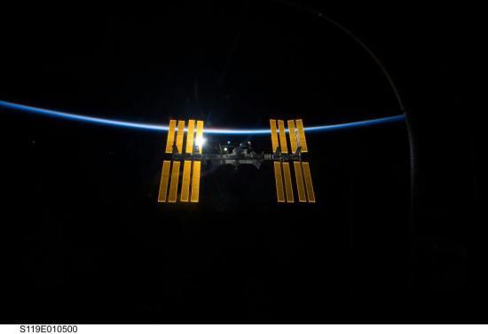 Các ISS & Earth (Credit: NASA)
