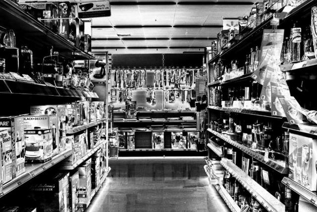 Chỉ với thủ thuật solarize, những nơi bạn thường lui tới, chẳng hạn như siêu thị, cũng có thể bị biến thành một nơi lạ lẫm và đầy ma mị. Ảnh chụp bởi Mike Case.