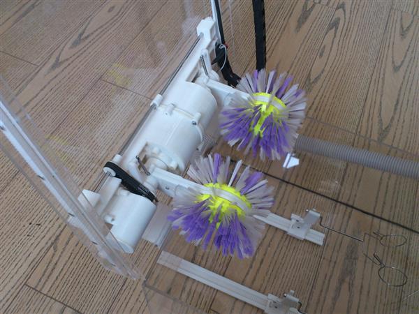Hai chổi giặt quay với vận tốc khác nhau sẽ giúp giặt sạch mà không làm hỏng giày