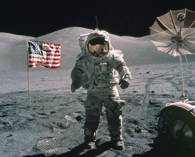 Cắm cờ trên Mặt Trăng không phải là một hành động được chào đón dưới góc nhìn khoa học.