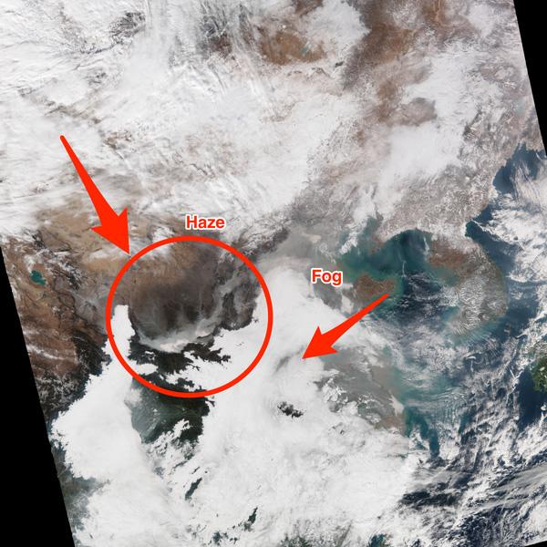 Nhìn từ camera vệ tinh, lớp sương mù đã bị chuyển sang màu pha giữa ghi vàng do mức độ ô nhiễm nặng.