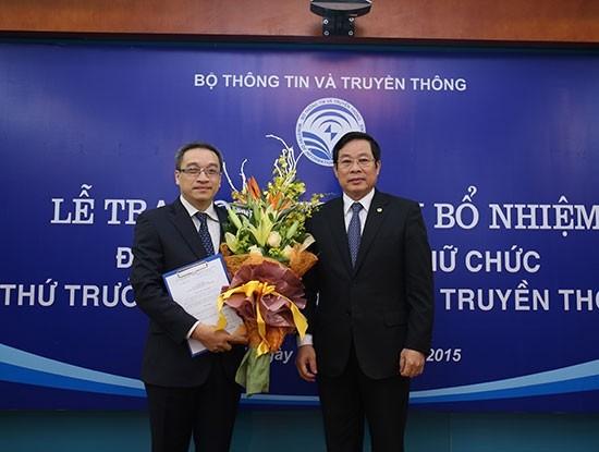 Thứ trưởng Phan Tâm nhận hoa từ Bộ trưởng Bộ Thông tin và Truyền thông Nguyễn Bắc Son trong lễ bổ nhiệm. Ảnh: Báo Giao Thông.
