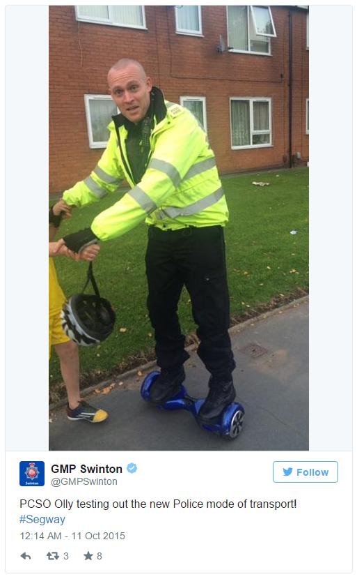 Một cảnh sát vẫn sử dụng Hoverboard trên hè phố sau khi luật quản lý phương tiện này được áp dụng.