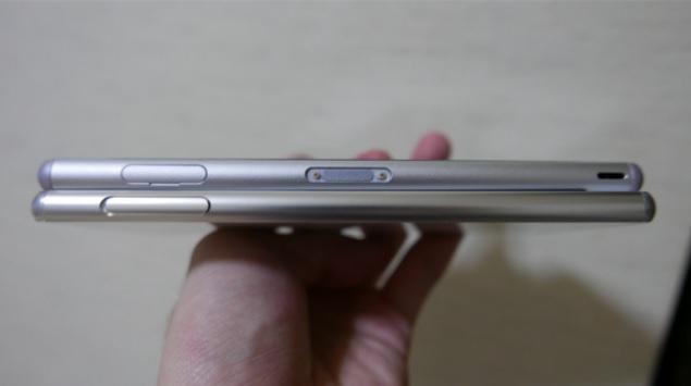Cạnh bên trái của máy Xperia Z4 (bên dưới) và Xperia Z3 (bên trên).