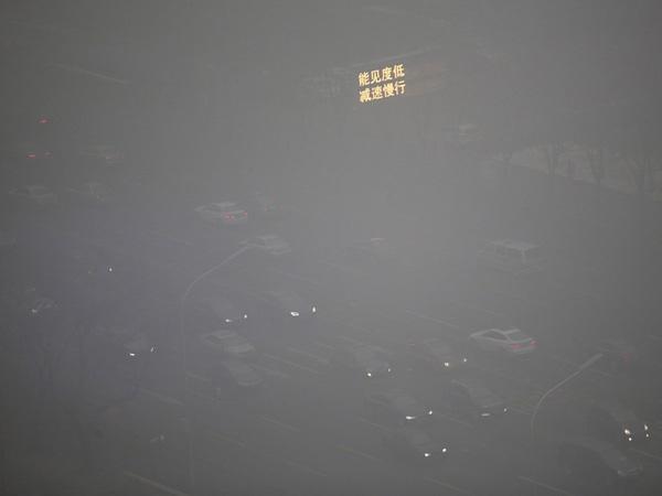 Lượng bụi ô nhiễm PM 2.5 thải ra từ các nhà máy than ở Trung Quốc kết hợp với khói ô tô chính là nguyên nhân dẫn tới màn sương mù như hiện nay.