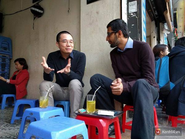 2 người đàn ông giản dị ngồi trà chanh chém gió sau buổi họp báo