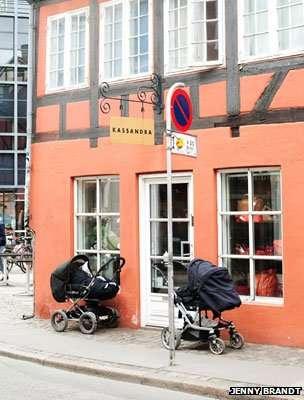 Trẻ ngủ trong xe nôi bên ngoài một tiệm cà phê ở Copenhagen (Đan Mạch).
