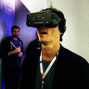 Codorniou dùng thử thiết bị đeo thực tế ảo Oculus Crescent Bay tại hội nghị Web Summit ở Dublin năm 2014.