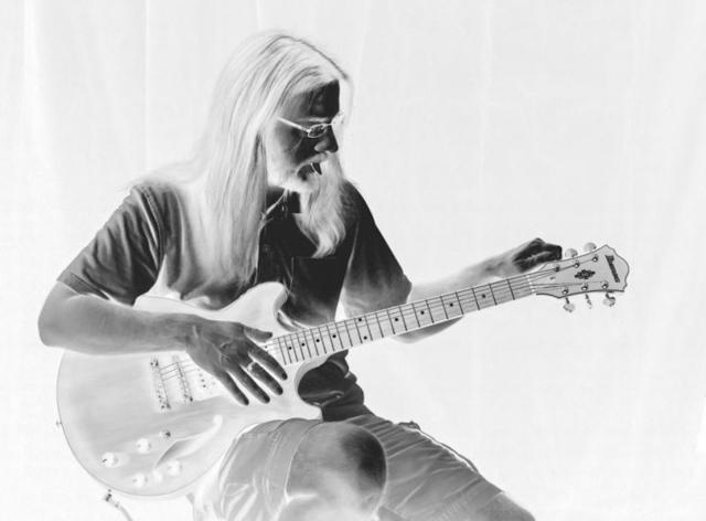 Carole Roberts chụp lúc chồng cô đang điều chỉnh dây đàn guitar.