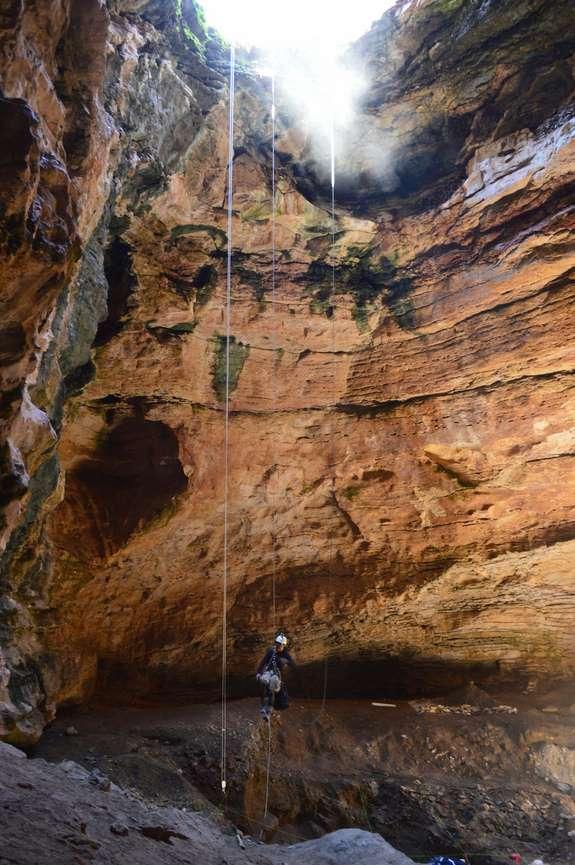 Alan Cooper đang thăm dò hang Natural Trap ở Wyoming, một địa điểm có lượng hóa thạch sinh vật khổng lồ kỷ băng hà rất phong phú.