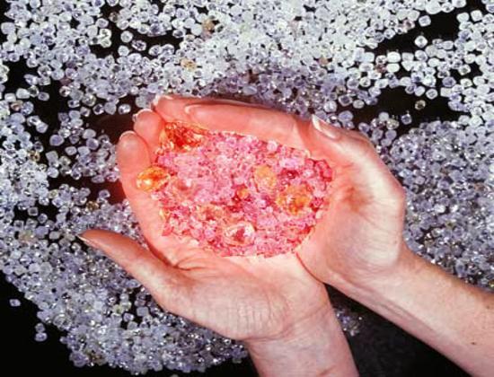 Đằng sau những viên kim cương tuyệt đẹp là xung đột, máu và nước mắt