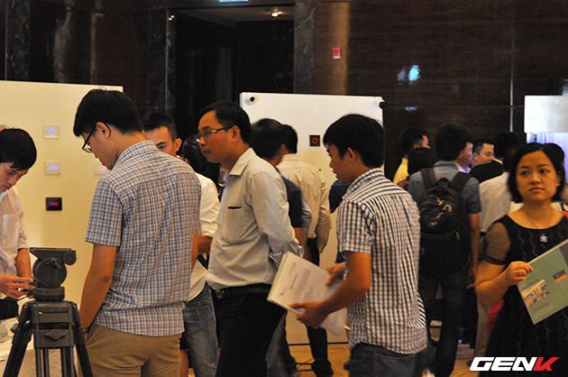 Khách mời đang trải nghiệm các thiết bị nhà thông minh đến từ Lumi Việt Nam.