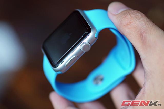 Apple Watch Sport với dây đeo nhựa dẻo, vỏ nhôm và mặt kính Ion-X.