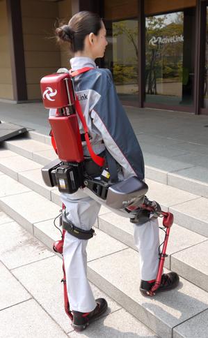 Một công nhân đang sử dụng mẫu khung xương của Panasonic