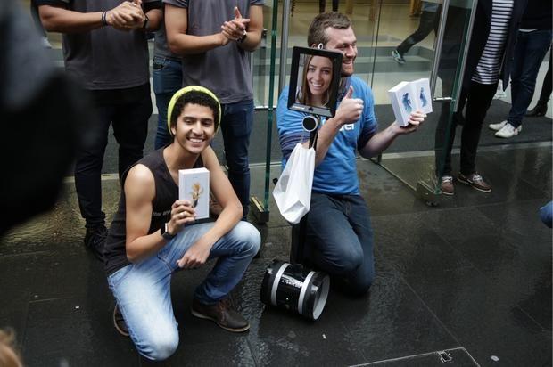 Những người mua iPhone 6s đầu tiên khoe điện thoại mới tại Sydney, Úc.