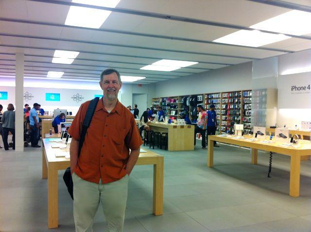 Gary Allen đang đứng trong một Apple Store.