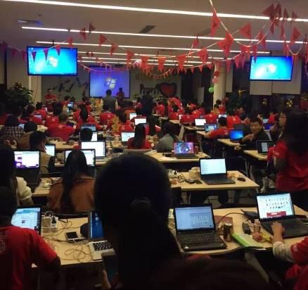 Thời điểm nửa đêm ngày 10/11 tại văn phòng Alibaba, chỉ ít phút trước khi ngày lễ mua sắm diễn ra, toàn bộ nhân viên đã sẵn sàng chiến đấu.