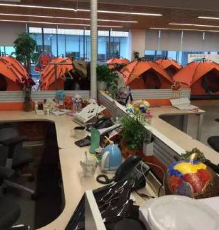 Ngay cả lều tạm cũng được dựng lên tại hành lang và khu vực đỗ xe.