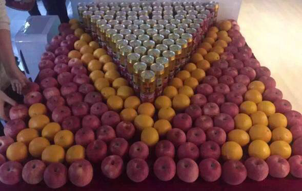 Nước tăng lực và đồ ăn nhanh, hoa quả luôn có sẵn cho nhân viên.
