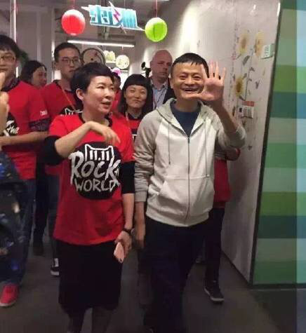 Dù giữ chức vị CEO, Jack Ma vẫn tới từng phòng ban để theo dõi tình hình hoạt động dù đồng hồ điểm 0h đêm. Trong ảnh, CEO Jack Ma tại văn phòng Tmall.