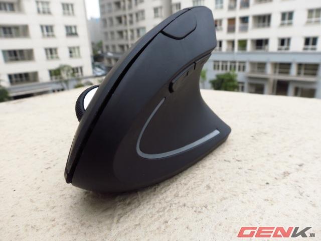 Cảm nhận đầu tiên khi nhìn vào chiếc Wireless Vertical Mouse đó là nó giống với một chiếc tàu bay hoặc cánh buồm.