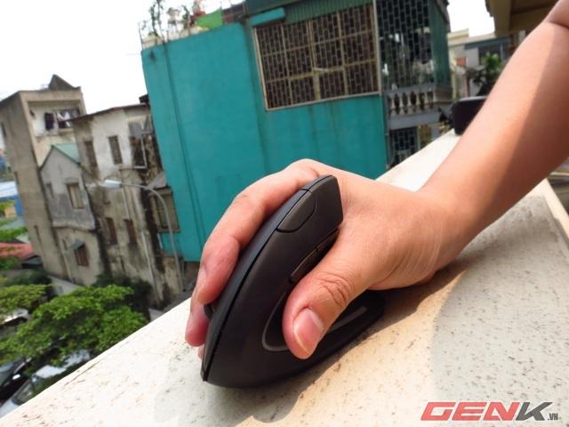 """Nhìn chung, thiết kế của Anker Wireless Vertical Mouse khá vừa vặn với bàn tay nam giới của Việt Nam, cảm giác cầm nắm thoải mái, di chuyển dễ dàng, đặc biệt là không bị mỏi tay. Tuy nhiên, người dùng cần thời gian làm quen để sử dụng, bởi sau một khoảng thời gian dài dùng các thiết bị chuột kiểu nằm ngang, việc chuyển sang sử dụng chuột nằm dọc là khá lạ lẫm. Với người dùng yêu thích việc thiết kế, Anker Wireless Vertical Mouse sẽ là một sản phẩm khá ưng ý, còn nếu sử dụng để chơi các tựa game FPS thì thiết bị này không hẳn là một lựa chọn phù hợp. bởi cảm giác """"căn ke"""" trên các dòng chuột truyền thống là hoàn toàn khác biệt."""