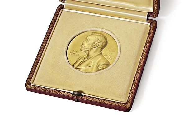 Hình ảnh chiếc huy chương Nobel danh giá.