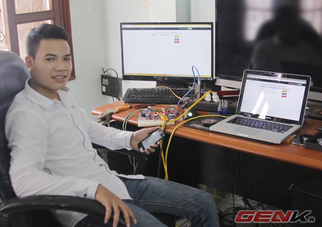 Nguyễn Quý Tú bên thiết bị Smarthome tự tạo của mình.