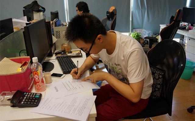 Một game thủ Trung Quốc đang ký hợp đồng chuyển nhượng thi đấu.