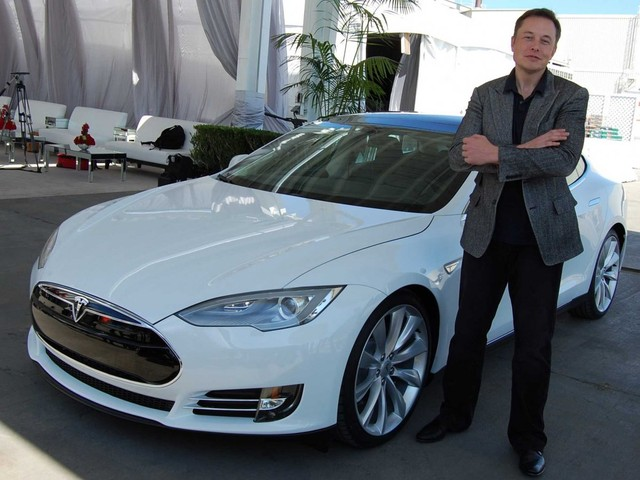 CEO Tesla - Elon Musk và chiếc xe điện của hãng.