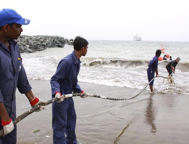 Một số loại cáp đặt ở đáy biển sâu chỉ có kích thước tương tự như vòi nước tưới vườn.