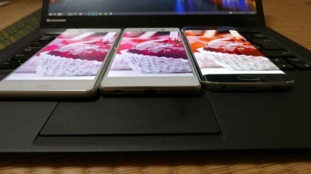 So sánh về tông màu hiển thị trên Xperia Z3 (bên trái ngoài cùng), Xperia Z4 (ở giữa) và Galaxy S6 Edge.