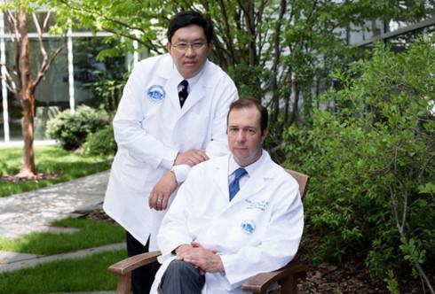 Bác sĩ Dicken Ko (trái) và bác sĩ Curtis L. Cetrulo là hai người chủ trì nhóm phẫu thuật ghép dương vật tại Bệnh viện Đa khoa Massachusetts tháng này.