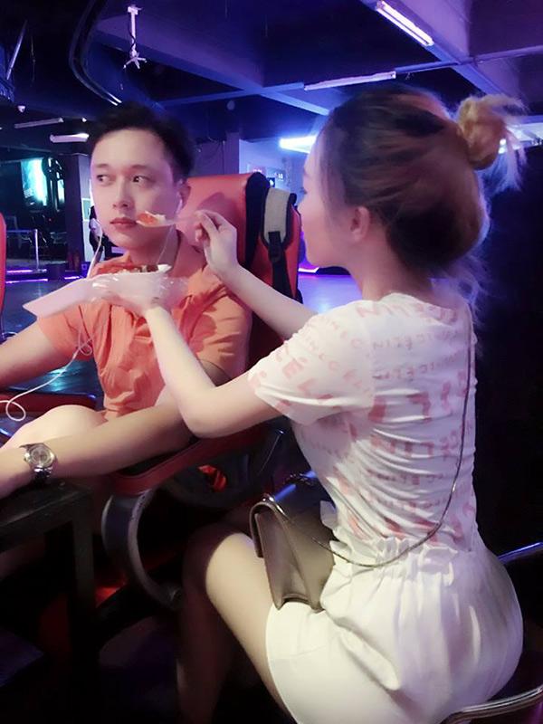 Bức ảnh chàng trai được bạn gái đút thức ăn đang nhận được nhiều sự quan tâm của thành viên mạng