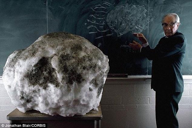 Giáo sư Fred Whipple sử dụng một mô hình minh họa cấu tạo và hình dáng của sao chổi trong học tập