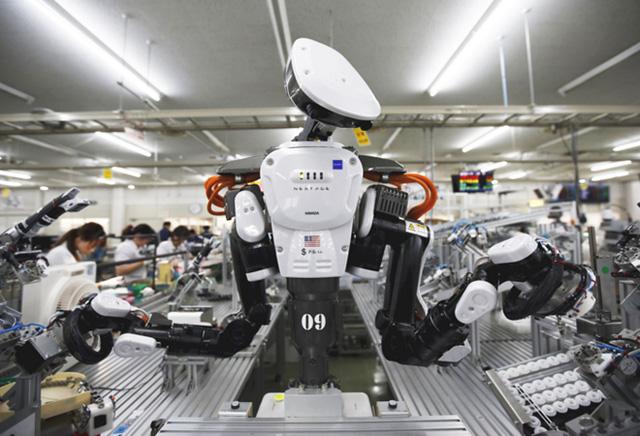 Robot làm việc cùng công nhân trong một nhà máy ở Nhật Bản. Ảnh: Japan Times.