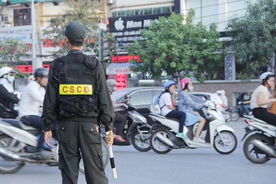 Lực lượng CSCĐ xuống đường phố hợp với CSGT chống ùn tắc.