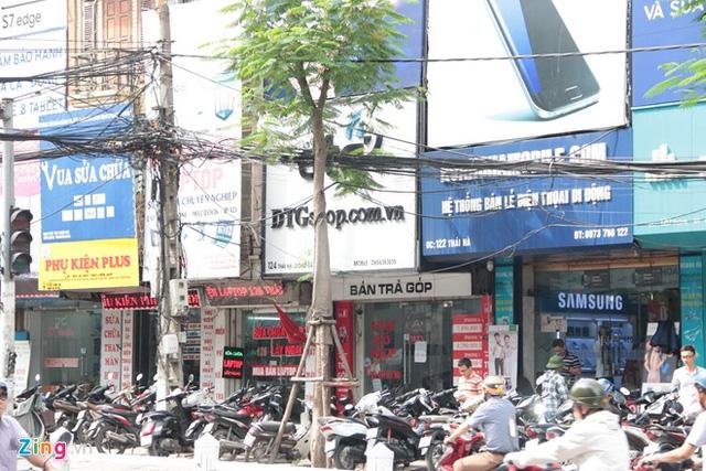 Các cửa hàng trên những tuyến phố bán di động Thái Hà vẫn nhộn nhịp khách mua.