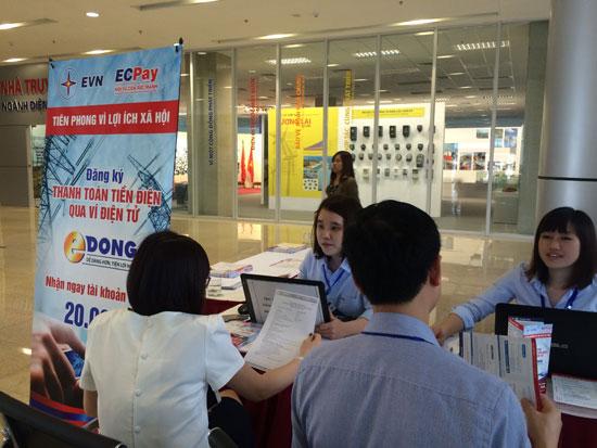 Cán bộ nhân viên Tập đoàn Điện lực đăng ký sử dụng dịch vụ thanh toán tiền điện điện tử.