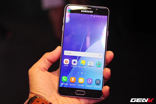Cùng tầm giá, smartphone tầm trung của Samsung cũng là đối trọng lớn
