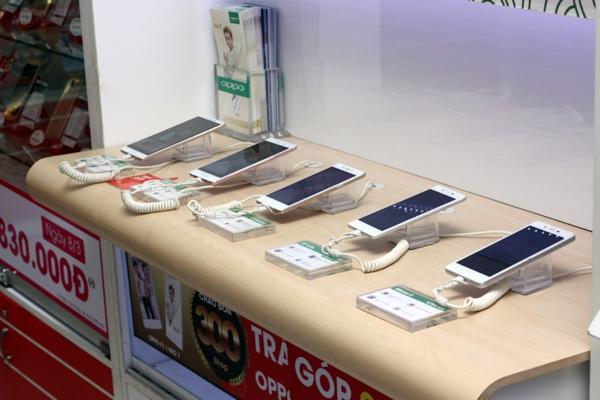 Quầy hàng điện thoại Oppo tại FPT Shop - Ảnh: H.Đ