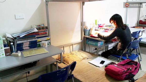 Gian phòng trong khu chung cư giá rẻ chỉ có duy nhất một nữ sinh đang học bài còn lại, tất cả đều đang say ngủ giữa buổi chiều.