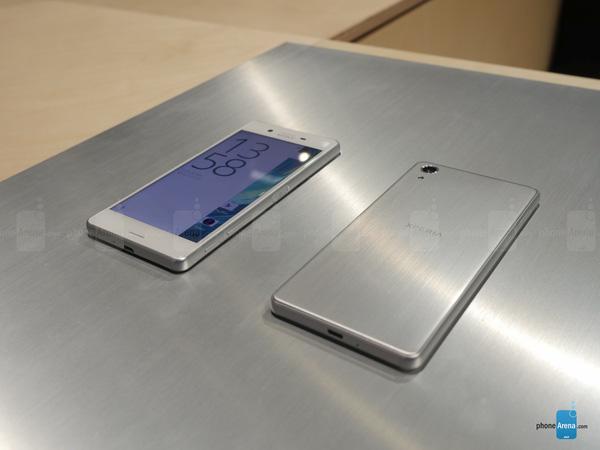 Sony Xperia X Performance thực tế không có nhiều khác biệt về thiết kế so với Xperia Z5 ngoại trừ phần mặt lưng cấu thành hoàn toàn từ kim loại.