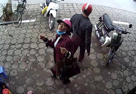 Nữ nghi phạm trộm laptop bị camera nhận diện. Ảnh cắt từ clip.