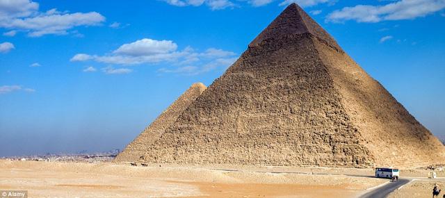 Kim tự tháp Giza, một trong 7 quỳ quan của Thế giới Cổ đại.