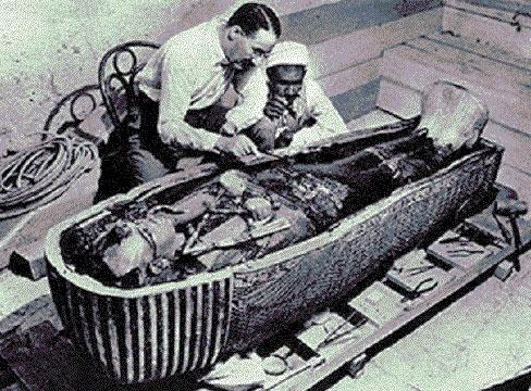 Nhóm khai quật của nhà khảo cổ học Howard Carter đã phát hiện ra ngôi mộ của Pharaoh Tutankhamun